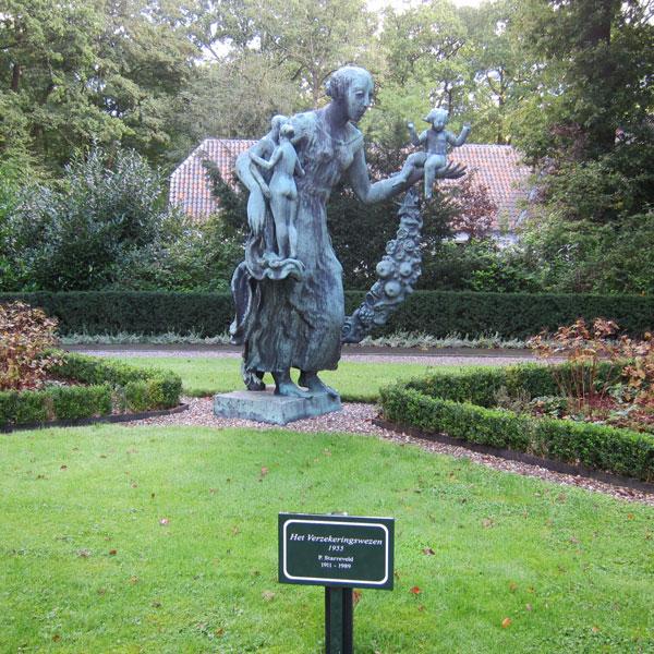 'Het Verzekeringswezen' in de tuin van huize Oranjewoud - gemaakt door Pieter Starreveld