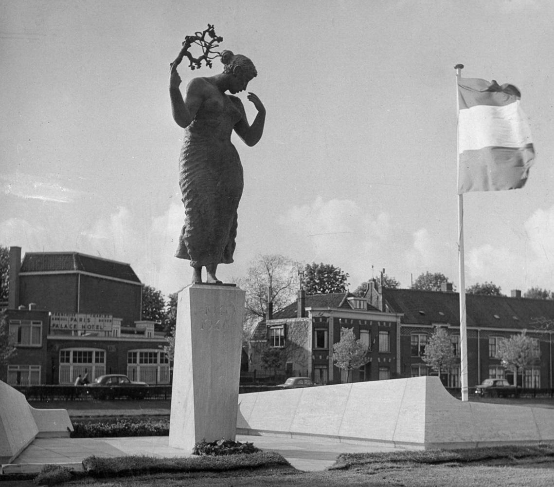 Bevrijdingsmonument van Pieter Starreveld aan de Tweede Binnenvestinggracht in Leiden
